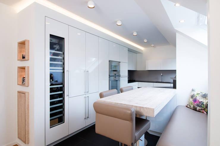 Appartementküche nach Maß in der Küche: moderne Küche von Klocke Möbelwerkstätte GmbH
