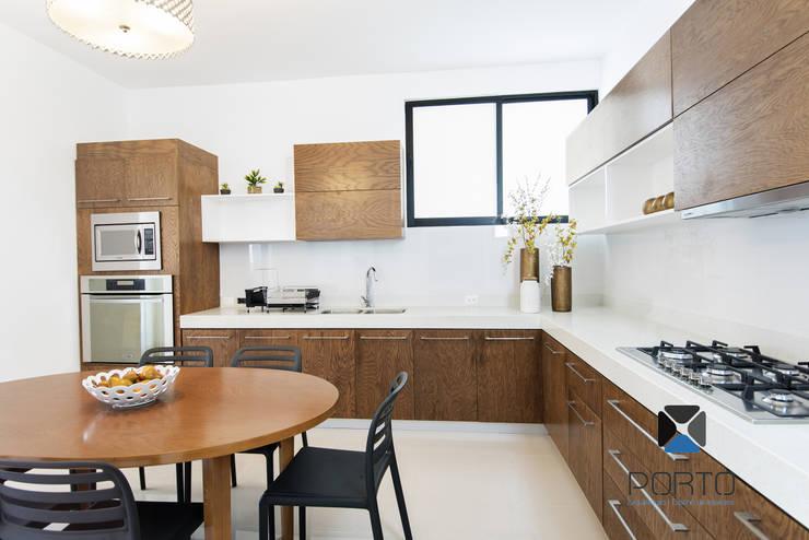 <q class='-first'>PROYECTO LDZ26</q>: Cocinas de estilo  por PORTO Arquitectura + Diseño de Interiores