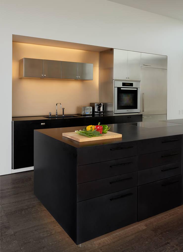 Beach Walk House:  Kitchen by SPG Architects
