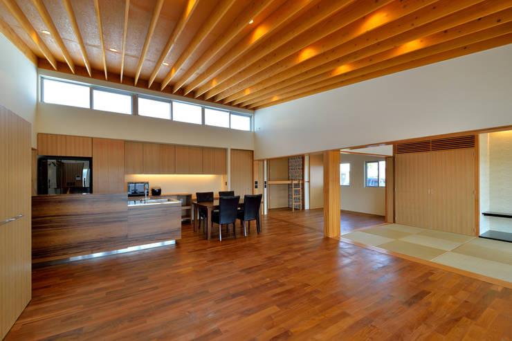 1階LDK1: プラソ建築設計事務所が手掛けたリビングです。