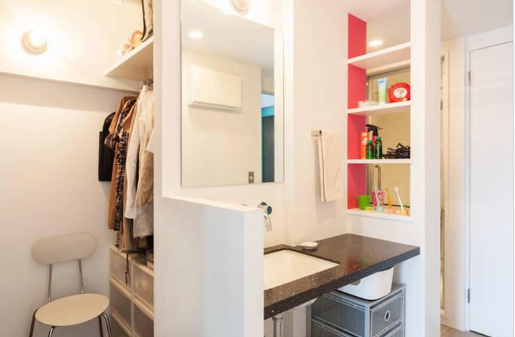 H邸-渋谷方面が見下ろせる、抜けのある眺望を生かす: 株式会社ブルースタジオが手掛けた浴室です。