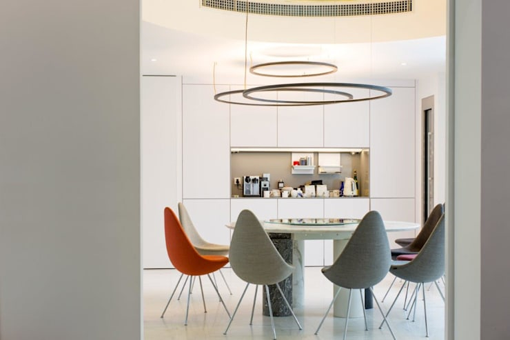 Salle à manger de style  par Kreoo, Moderne