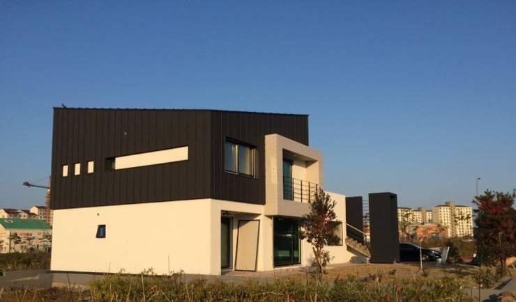 Maisons de style  par 건축사사무소 사이