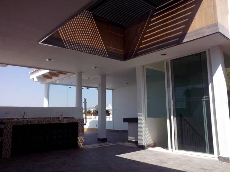 : Pasillos y recibidores de estilo  por Arqca