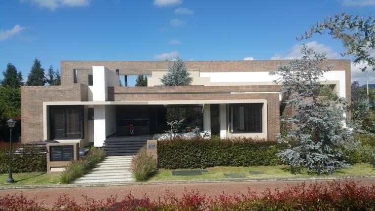 Fachada Principal.: Casas de estilo  por Camilo Pulido Arquitectos