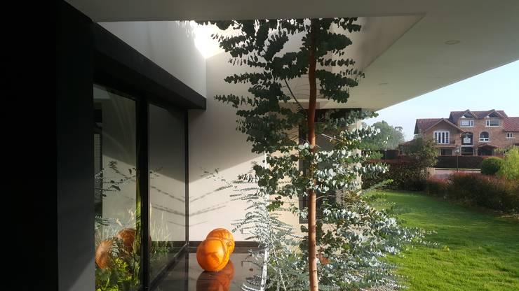 Jardin ingreso vivienda: Casas de estilo  por Camilo Pulido Arquitectos