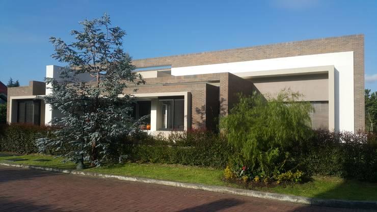 Perspectiva fachada principal: Casas de estilo  por Camilo Pulido Arquitectos