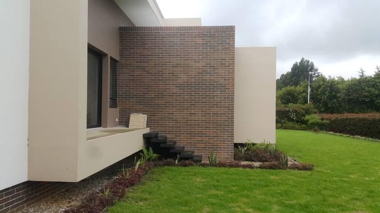 Modulos fachada lateral derecha: Casas de estilo  por Camilo Pulido Arquitectos