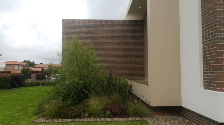 Modulos fachada lateral derecha : Casas de estilo  por Camilo Pulido Arquitectos
