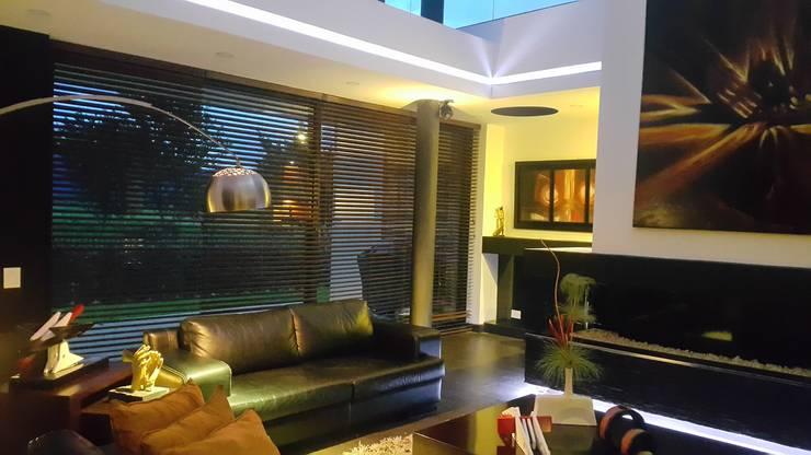 Sala principal: Salones de estilo  por Camilo Pulido Arquitectos