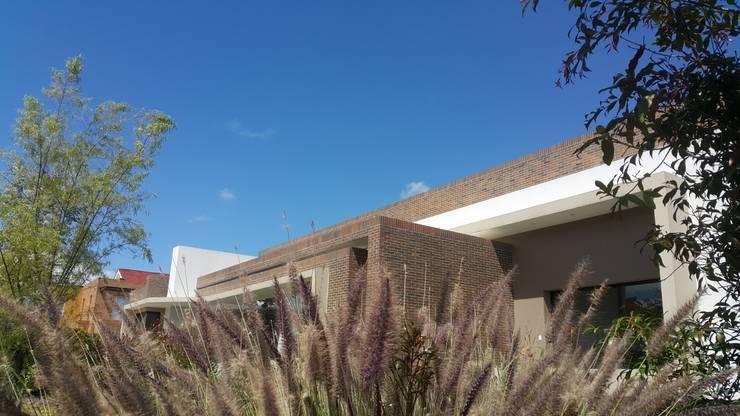 Perspetiva fachada principal: Casas de estilo  por Camilo Pulido Arquitectos