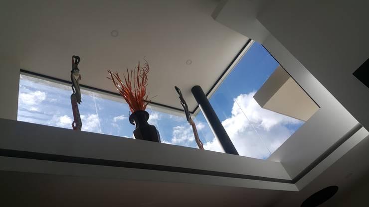 Ventanales doble altura salon : Casas de estilo  por Camilo Pulido Arquitectos