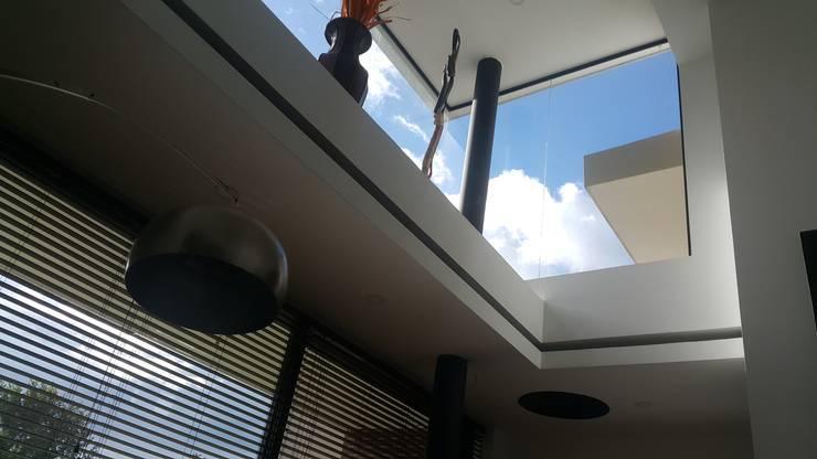ventanales dobles alturas salon principal: Casas de estilo  por Camilo Pulido Arquitectos