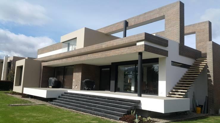 Fachada posterior: Casas de estilo  por Camilo Pulido Arquitectos