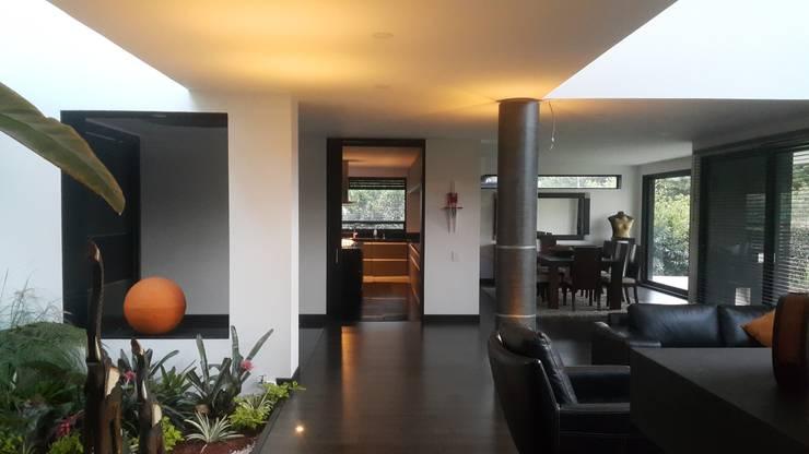 Hall area Social: Casas de estilo  por Camilo Pulido Arquitectos