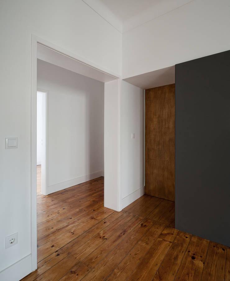 Apartamento ST: Corredores e halls de entrada  por FMO ARCHITECTURE