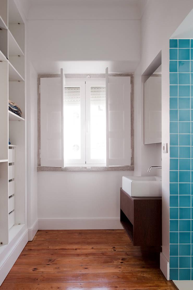 Apartamento ST: Closets  por FMO ARCHITECTURE
