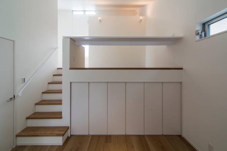 「坂道の小さな家」: Kenji Yanagawa Architect and Associatesが手掛けた子供部屋です。
