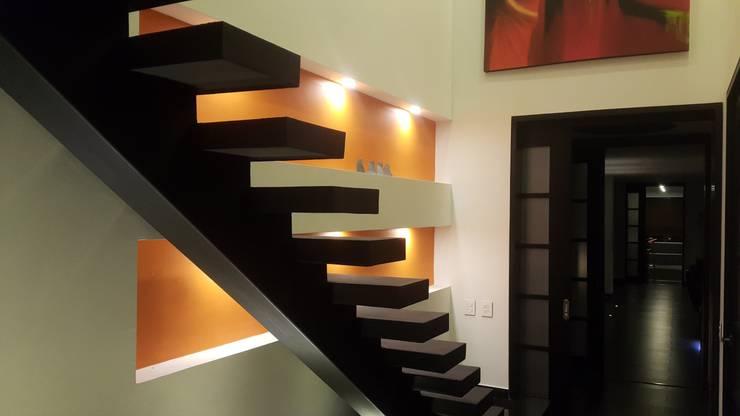 Pasillos y vestíbulos de estilo  por Camilo Pulido Arquitectos