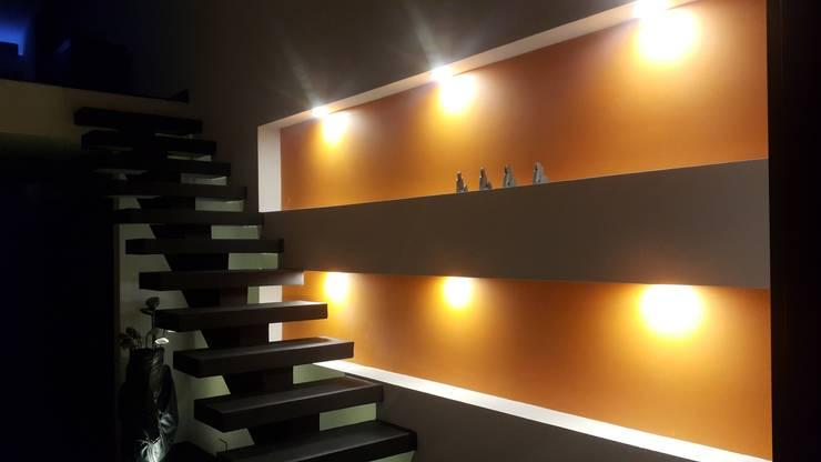 Escalera acceso segundo puso habitación principal: Pasillos y vestíbulos de estilo  por Camilo Pulido Arquitectos