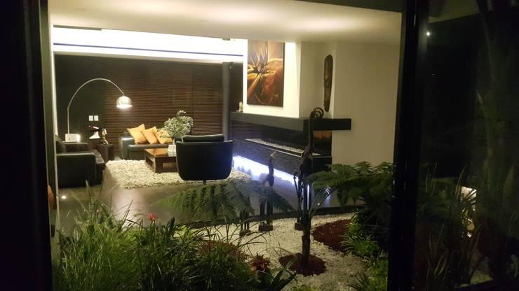 Jardín interior: Jardines de estilo  por Camilo Pulido Arquitectos
