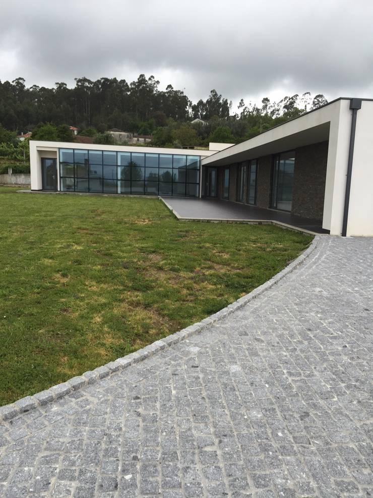 Moradia - Vila Verde: Casa  por Equevo - Interiores Design