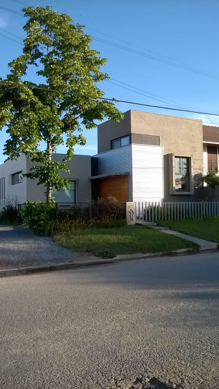 casa de artistas: Casas de estilo  por Estudio de arquitectura MSM  (Mar del Plata+Balcarce+Tandil)