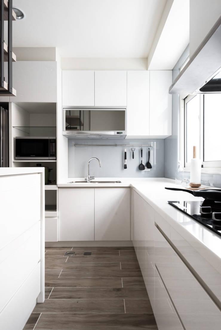 台中福雅路:  廚房 by 思維空間設計