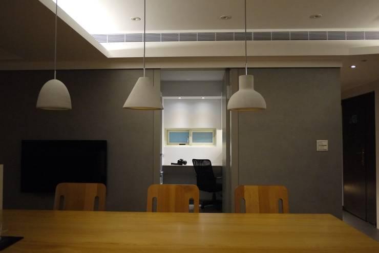 民生華廈:  書房/辦公室 by AIRS 艾兒斯國際室內裝修有限公司