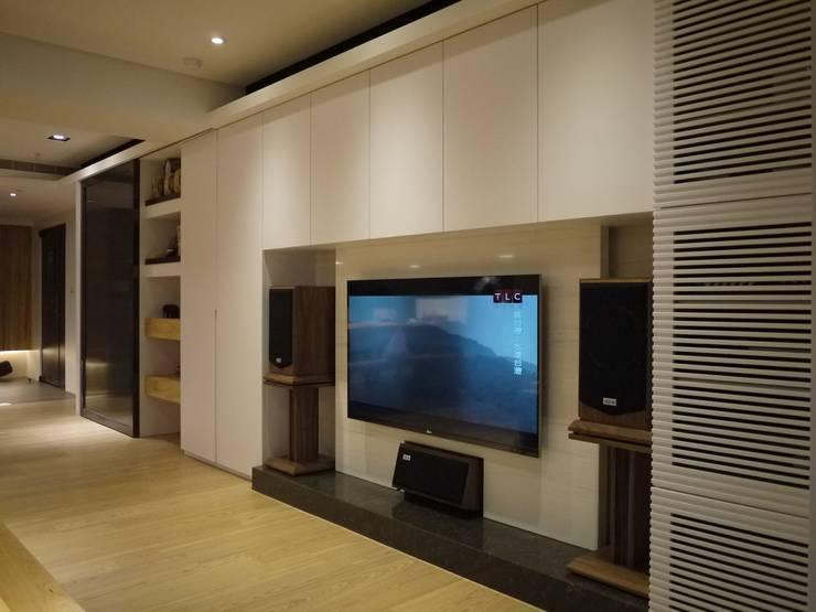 民生華廈:  客廳 by AIRS 艾兒斯國際室內裝修有限公司