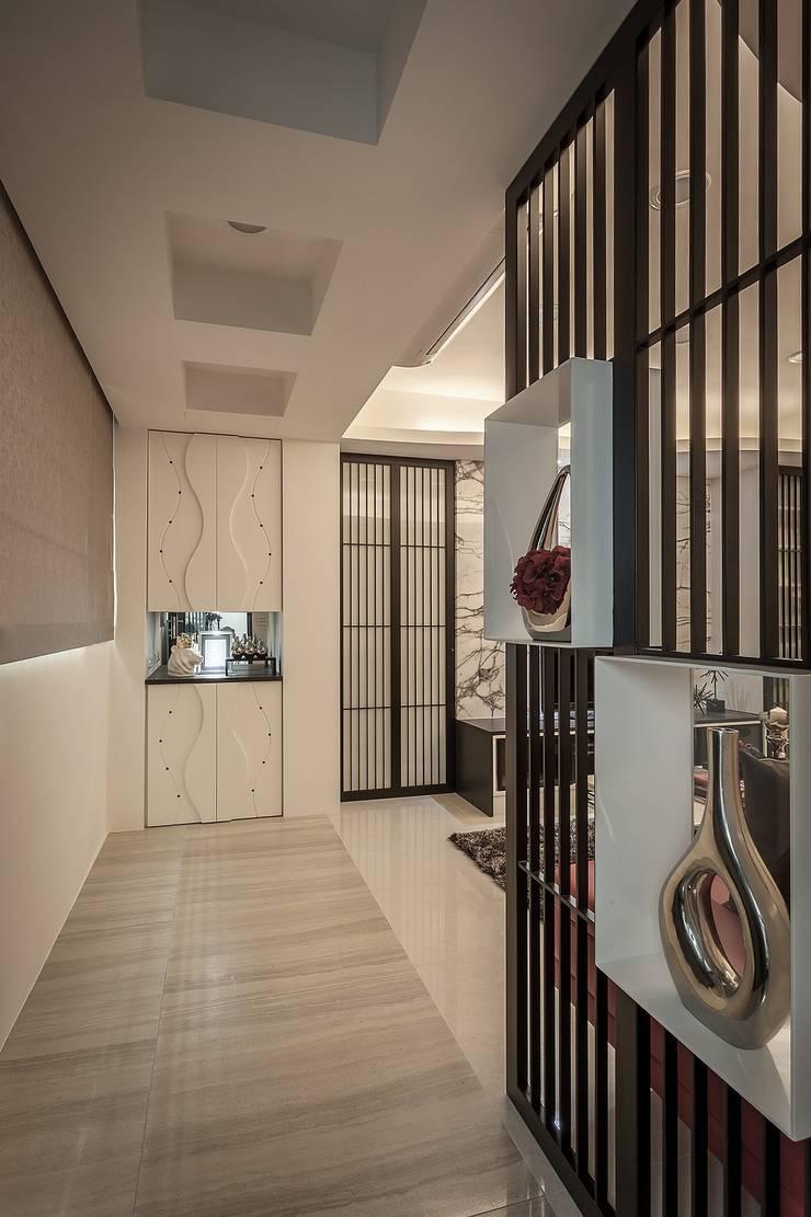 Pasillos y vestíbulos de estilo  por Green Leaf Interior青葉室內設計