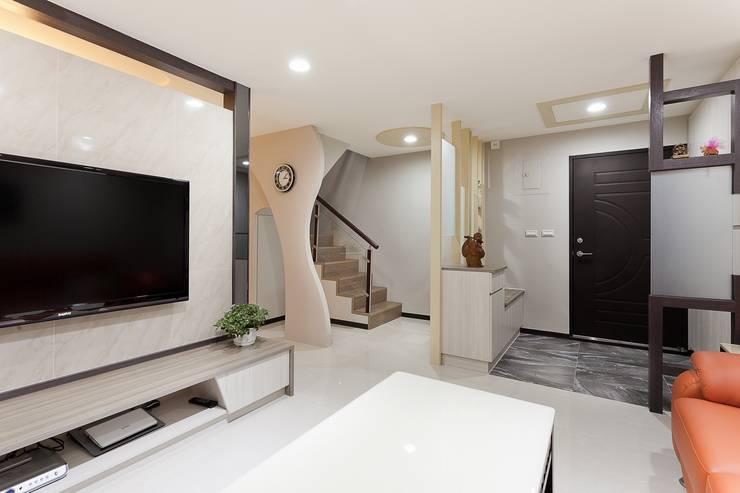 小坪數樓中樓翻新:  走廊 & 玄關 by Green Leaf Interior青葉室內設計