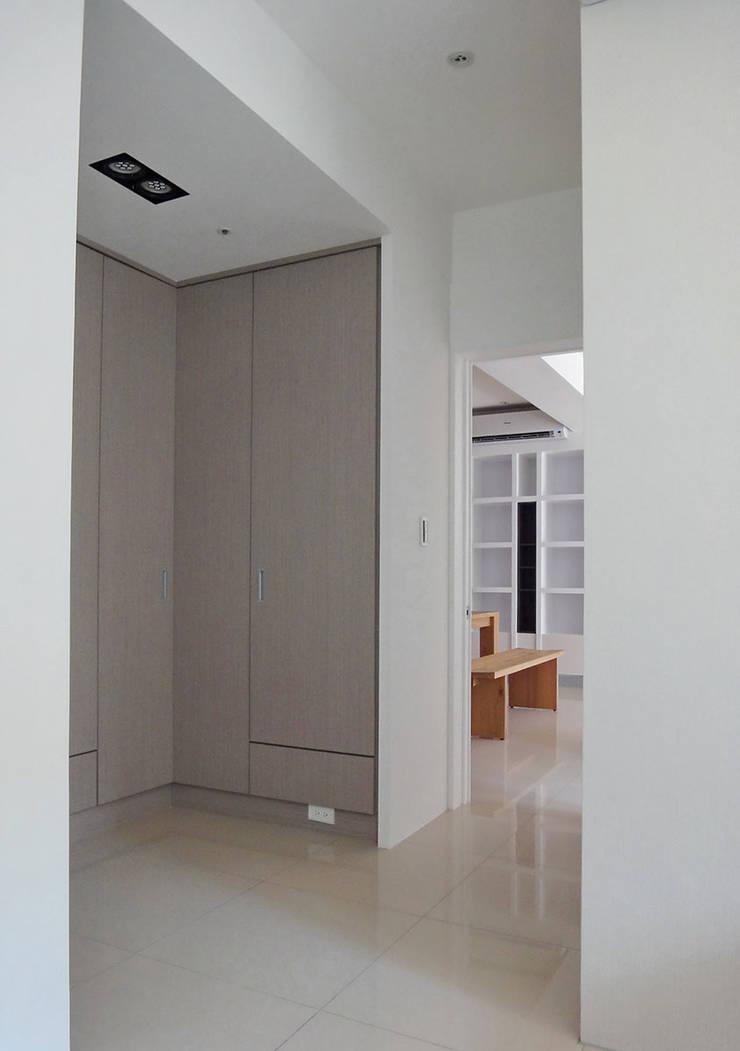 三峽北大:  走廊 & 玄關 by AIRS 艾兒斯國際室內裝修有限公司