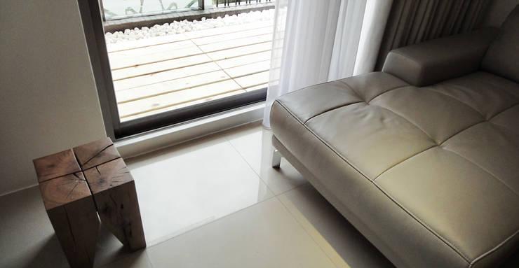 三峽北大:  客廳 by AIRS 艾兒斯國際室內裝修有限公司