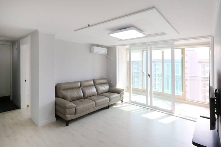 인천 삼산타운 24평 아파트: 금화 인테리어 의  거실