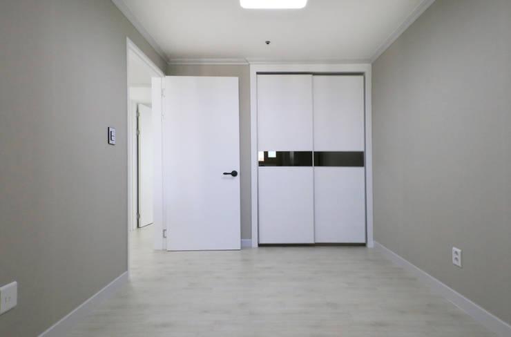 인천 삼산타운 24평 아파트: 금화 인테리어 의  드레스 룸