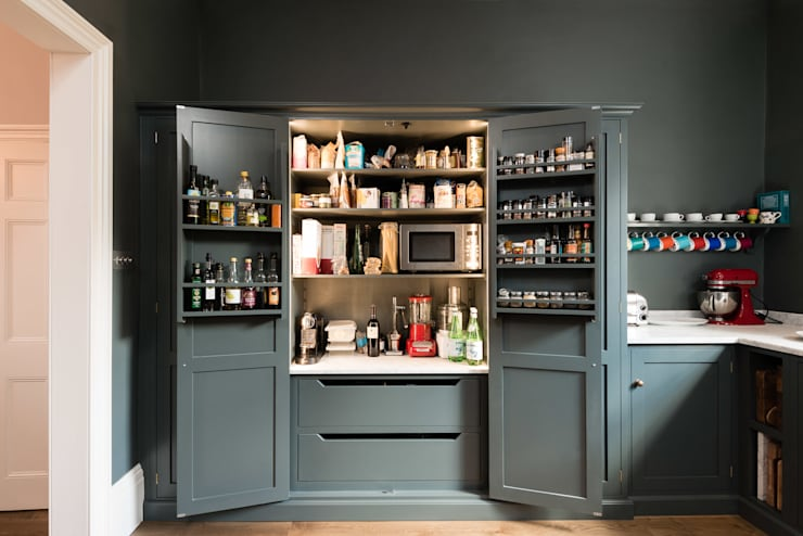 The Bloomsbury WC1 Kitchen by deVOL: classic Kitchen by deVOL Kitchens