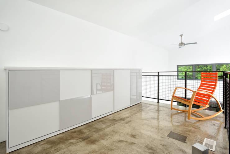 Mini Craven:  Bedroom by Linebox Studio