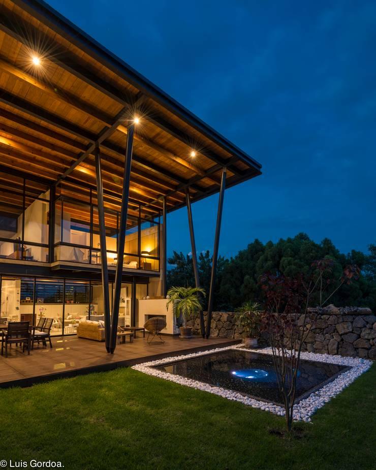 Terraza con jacuzy Albercas modernas de arquitecturalternativa Moderno