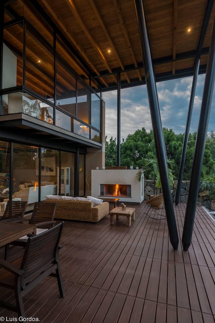 chimenea Balcones y terrazas modernos de arquitecturalternativa Moderno
