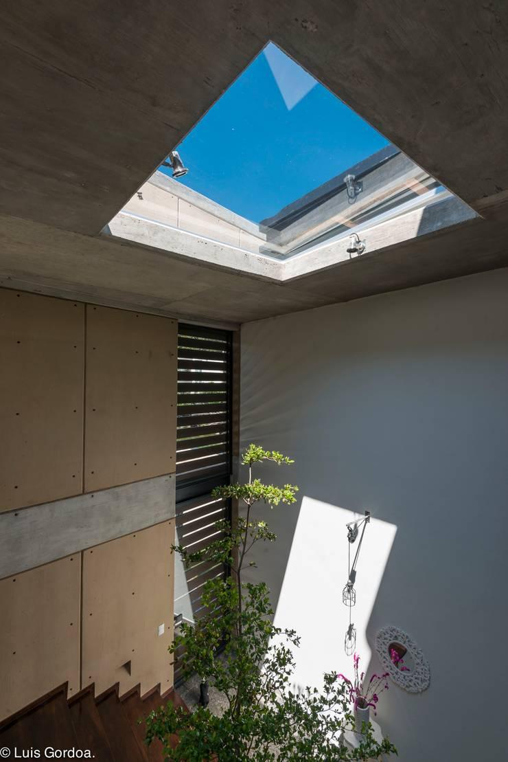 Tragaluz escalera Puertas y ventanas modernas de arquitecturalternativa Moderno
