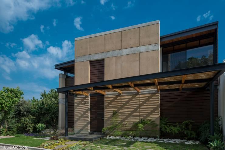 Fachada Norte: Casas de estilo moderno por arquitecturalternativa