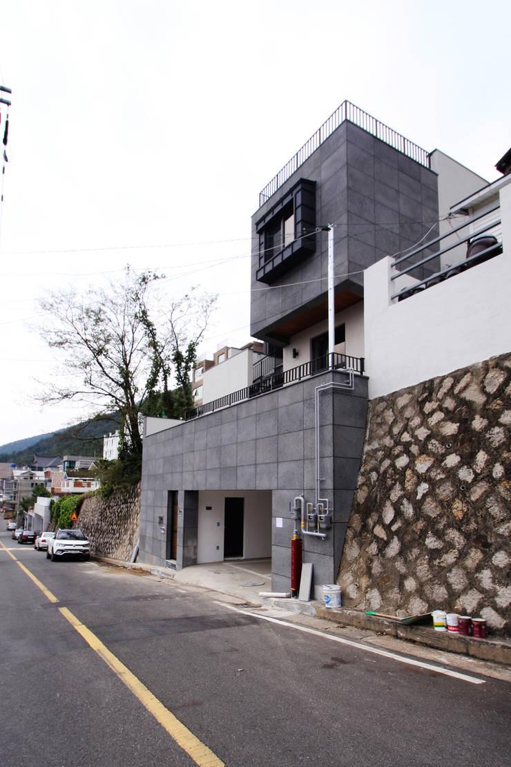 범어리 주택 H-5: 피앤이(P&E)건축사사무소의  주택