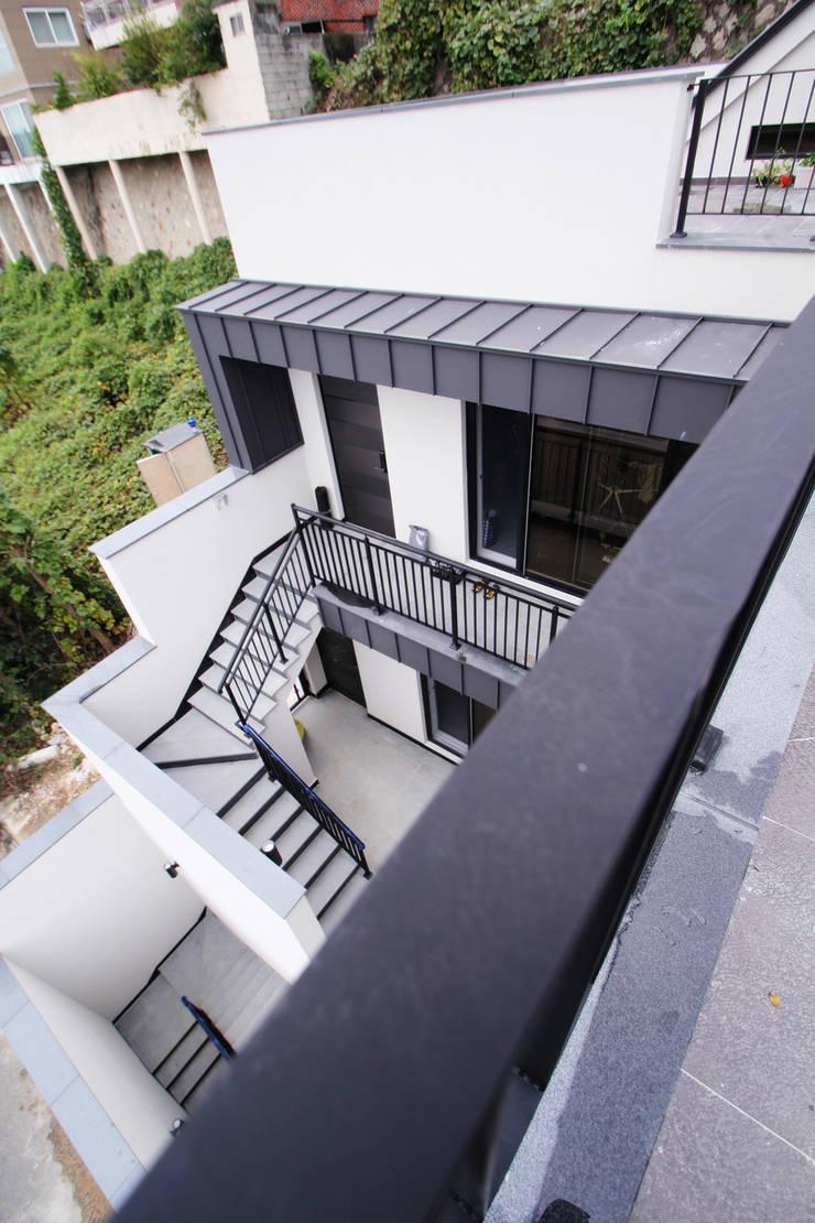 범어리 주택 H-5: 피앤이(P&E)건축사사무소의  베란다