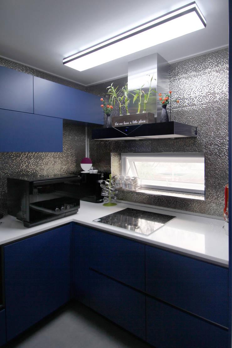 범어리 주택 H-5: 피앤이(P&E)건축사사무소의  주방