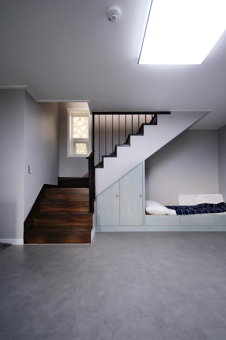 범어리 주택 H-5: 피앤이(P&E)건축사사무소의  복도 & 현관