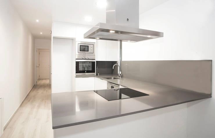Cocinas de estilo moderno por Grupo Inventia