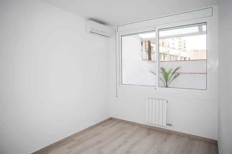 Dormitorios de estilo moderno por Grupo Inventia