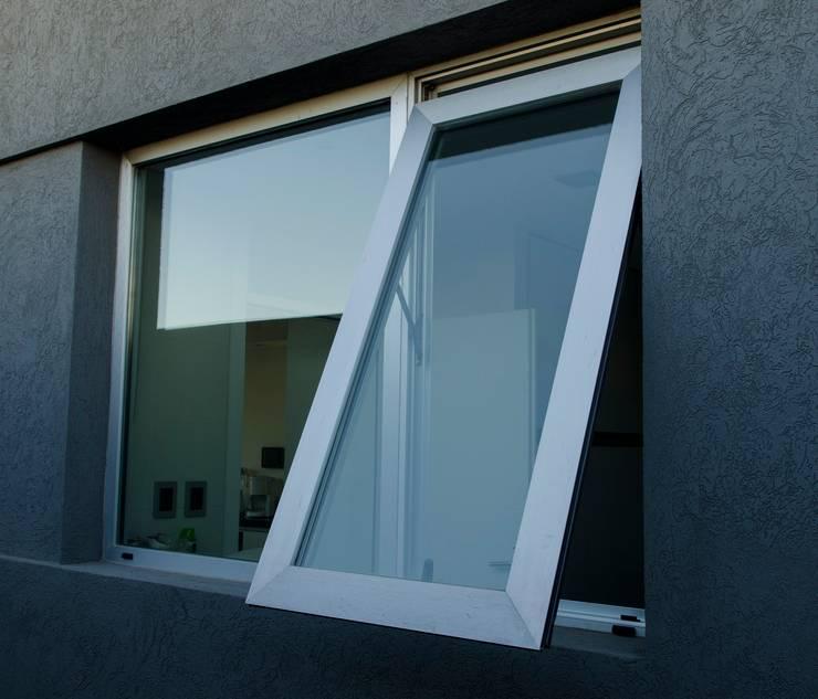 Ventana Desplazable Linea A30 New de Aluar: Puertas y ventanas de estilo  por Aluminios Caseros