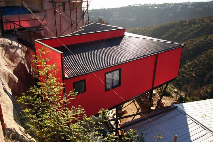 Vista surponiente, desde calle Pedro de Oña: Casas de estilo  por Arq2g
